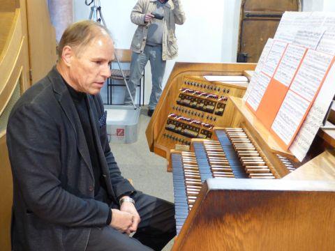 Christian Brembeck nutzte die gesamte Bandbreite der Eisenbarth-Orgel in der Stadtpfarrkirche
