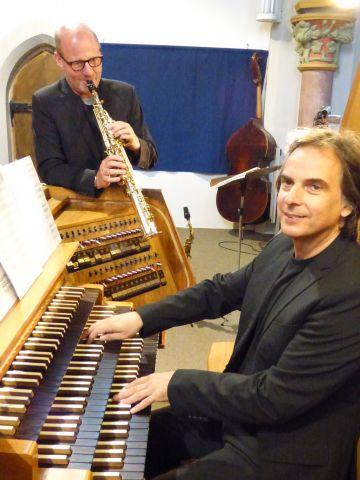 """Das Duo """"Orgelsax"""" – Ralf Benschu am Saxophon und Jens Goldhardt an der Orgel -  sorgte für ein spannendes Klangerlebnis. – Foto:Bismarck"""